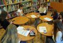 """Naujenes tautas bibliotēkas Bērnu nodaļā notika mezglošanas jeb """"macrame"""" radošā darbnīca"""
